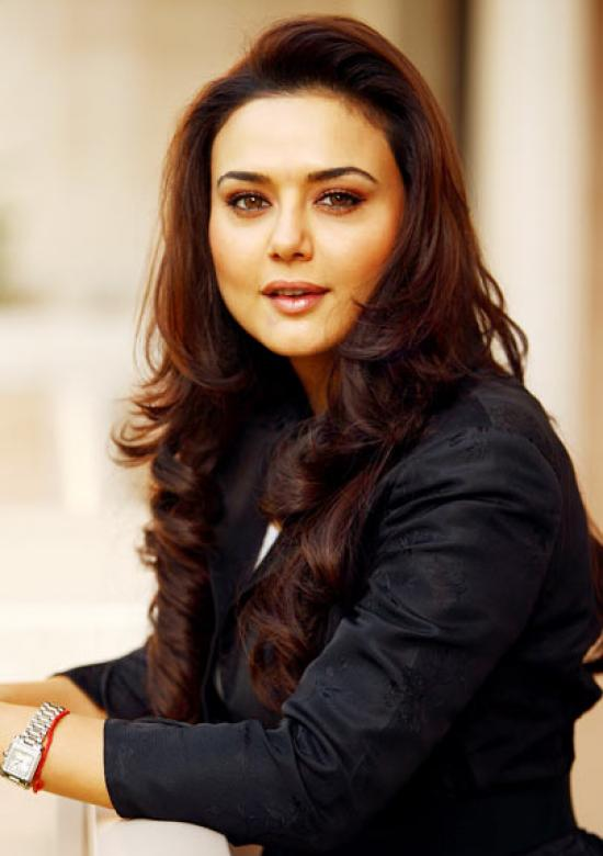 The 43-year old daughter of father Durganand Zinta and mother Nilprabha, 165 cm tall Preity Zinta in 2018 photo